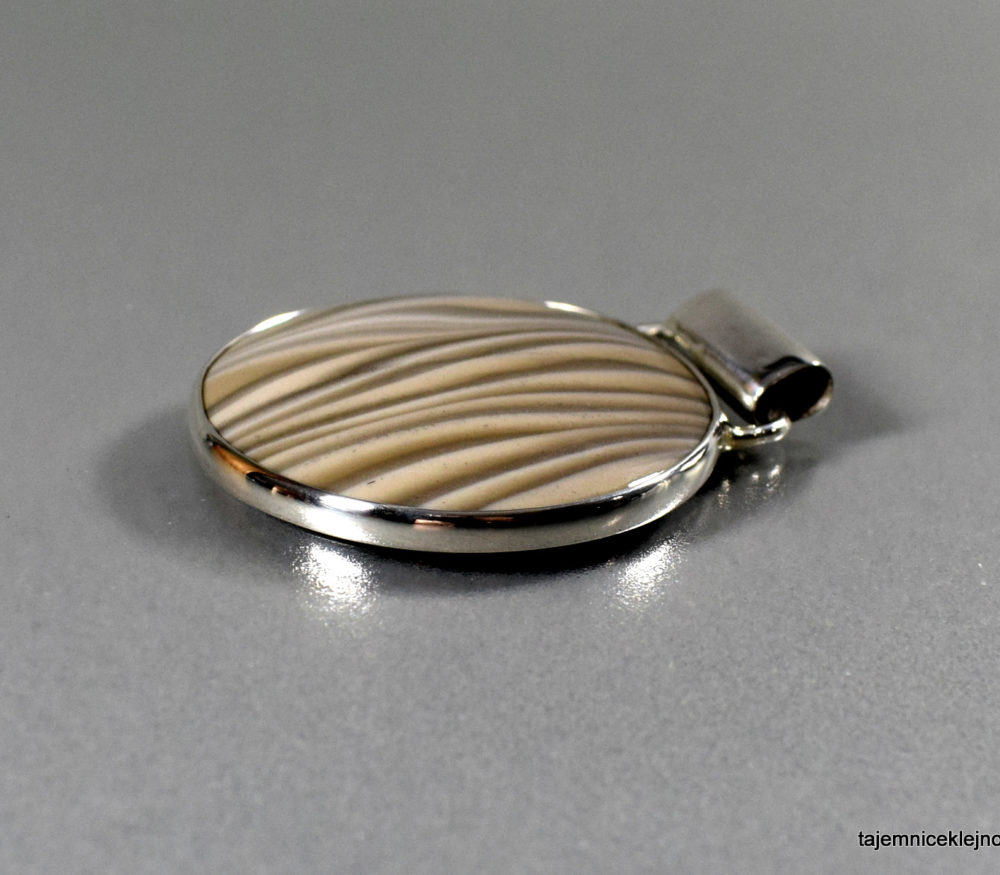 wisior srebrny z kzremieniem pasiastym