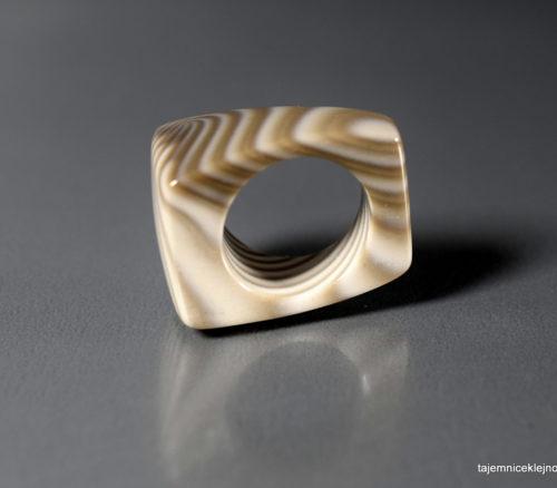 pierścień z krzemienia pasiastego