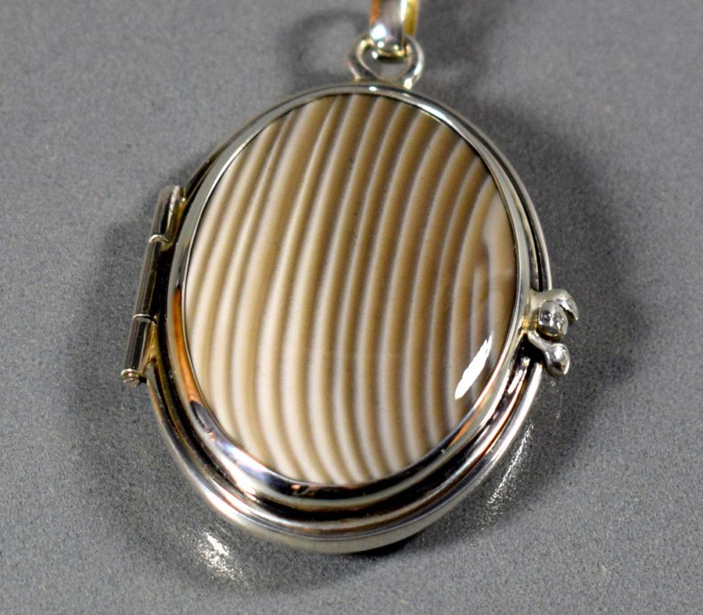 medalion otwierany/sekretnik srebrny z krzemieniem pasiastym