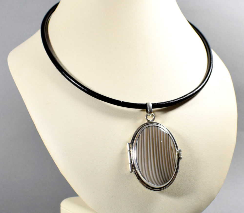 medalion/sekretnik srebrny z krzemieniem pasiastym