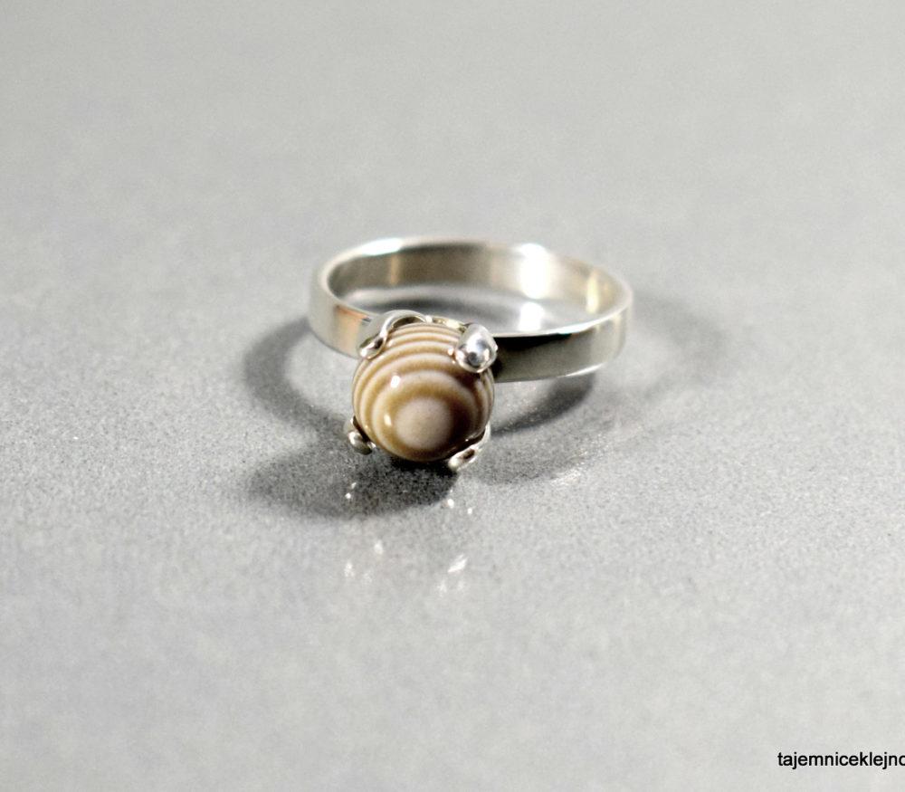 pierścionek kulka z krzemieniea pasiastego