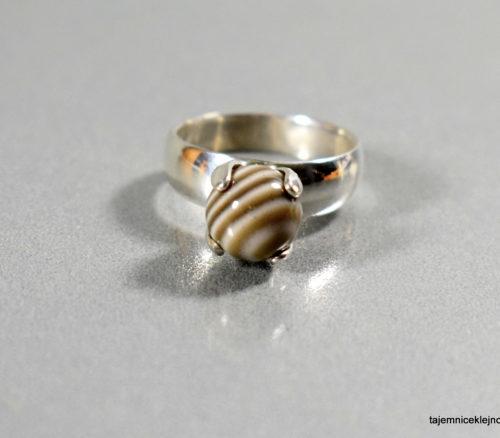 pierścionek z kulką z kzremienia pasiastego