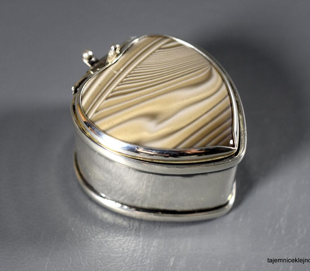 srebrna szkatułka serce z krzemieniem pasiastym
