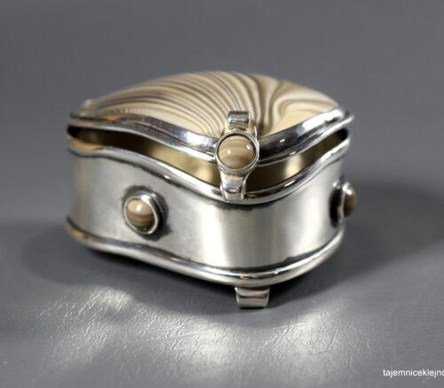 szkatułka srebrna z krzemieneim pasiastym