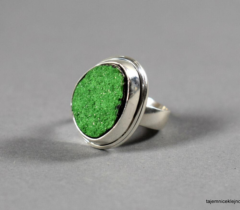 pierścionek z uwarowitu