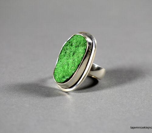 pierścionek z uwarowitem