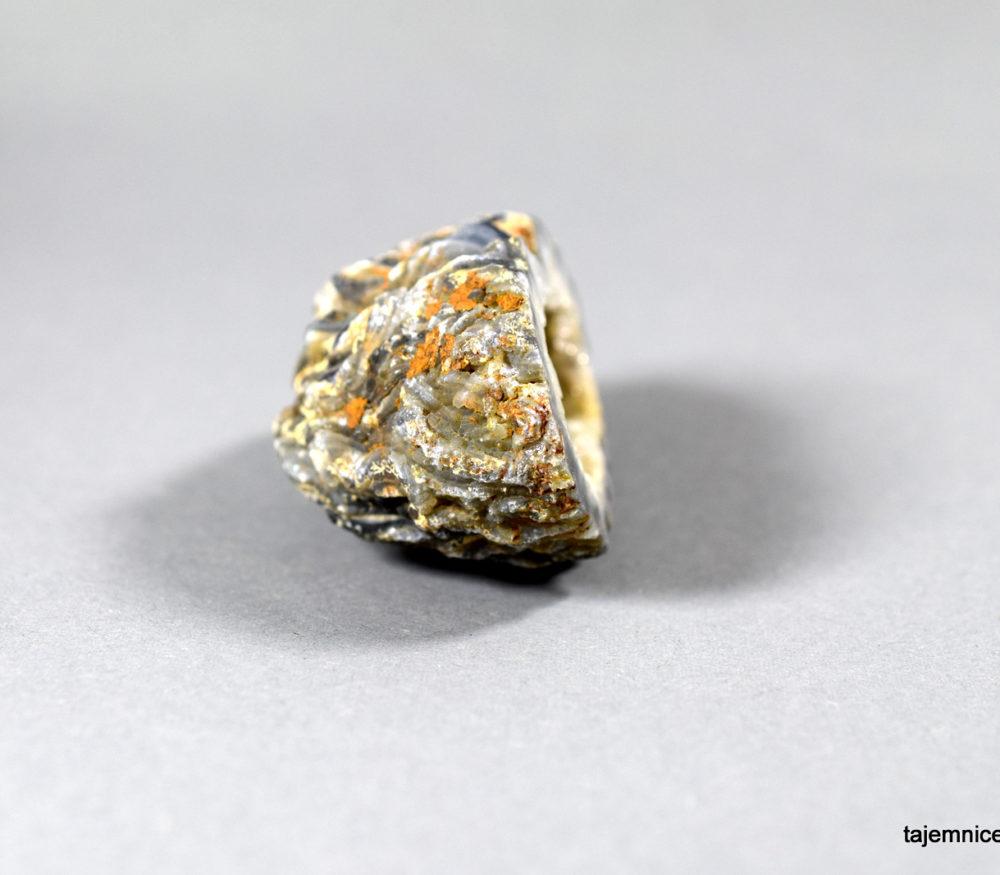 geoga agatowa z kryształami kwarcu