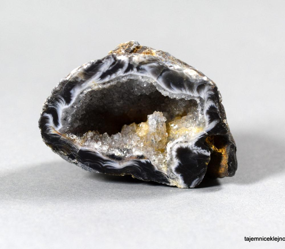agat geoda z kryształkami kwarcu z Brazylii