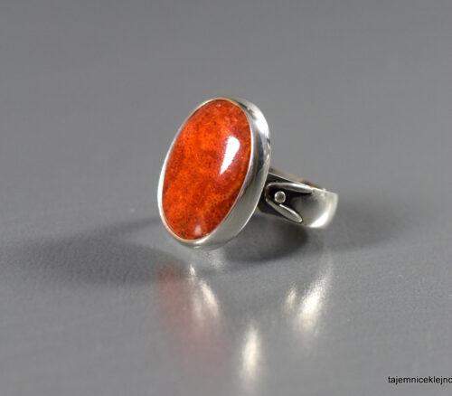 pierścionek srebrny z koralem