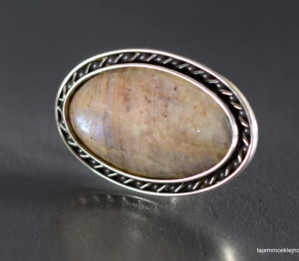 pierścionek srebrny z białomorytem, kamieniem księżycowym
