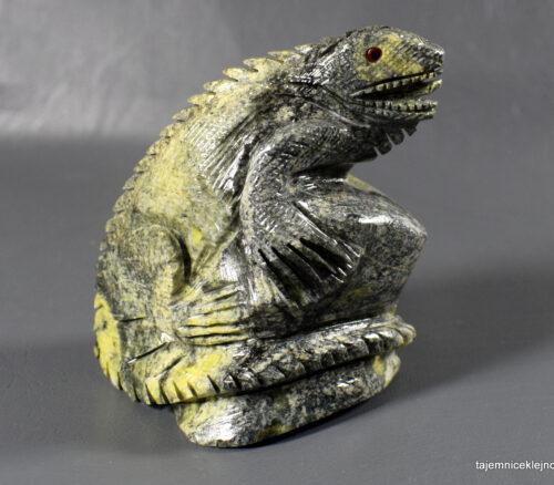 figurka jaszczurki z serpentynitu, iguana
