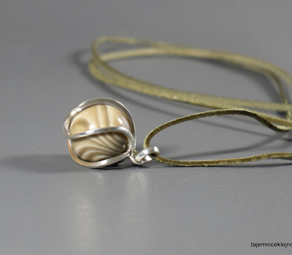 kulka z krzemienia pasiastego w srebrnej klatce