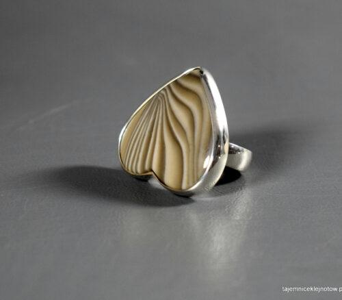 pierścionek srebrny z krzemieniem pasiastym, serce