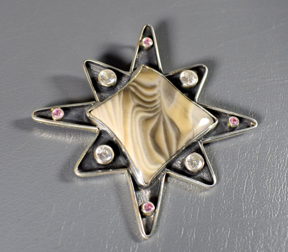 srebrny wisior z krzemieniem pasiastym w kształcie gwiazdy
