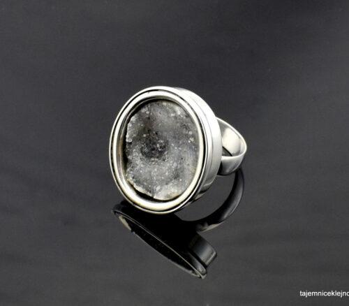 Pierścionek srebrny z chalcedonem z widoczymi kryształkami kwarcu