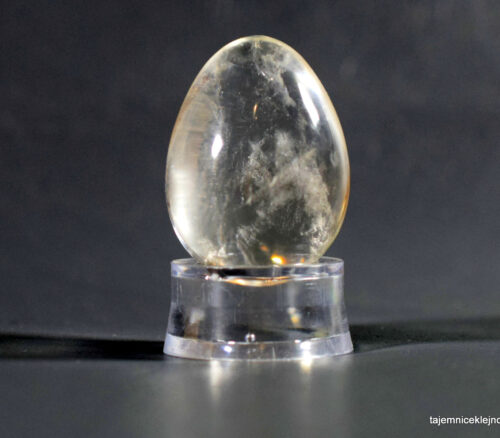 jajo z kryształu górskiego na podstawce
