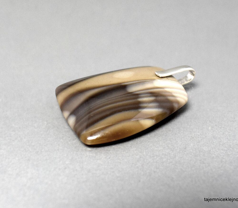 Wisiorek z krzemienia pasiastego ze srebrną zawieszką Trzcina
