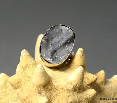 pierścionek srebrny z chalcedonem z kryształkami kwarcu z Brazylii