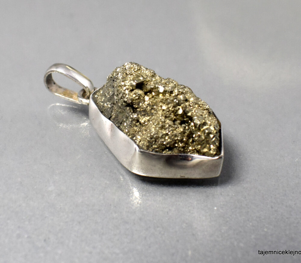 ręcznie oprawiany wisior srebrny z pirytem z Peru