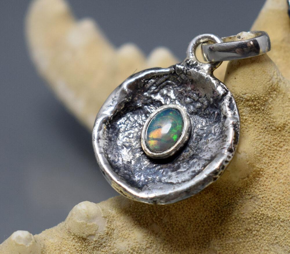 Wisiorek srebrny, oksydowany z opalem szlachetnym z Etiopii