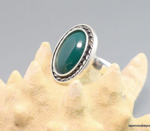 Klasyczny pierścionek srebrny oksydowany z zielonym chalcedonem
