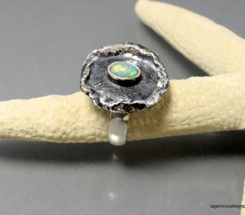 Pierścionek srebrny, oksydowany z opalem szlachetnym z Etiopii