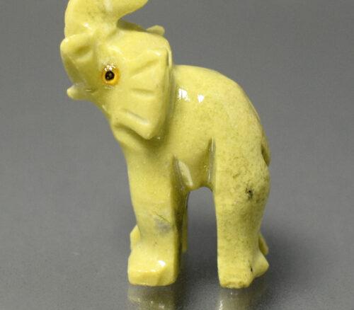 Słoń wyrzeżbiony z kamienia serpentynitu, na szczęście, serpentynit