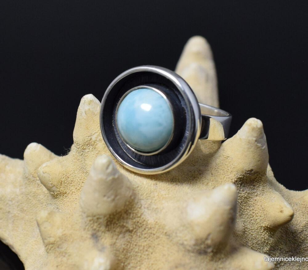 Pierścionek srebrny oksydowanyz larimarem, wykonanny ręcznie w pojedynczym egzemplarzu, atol