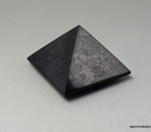 Duża piramida z szungitu