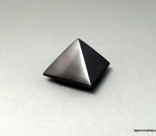 Mała piramida z szungitu rosyjskiego