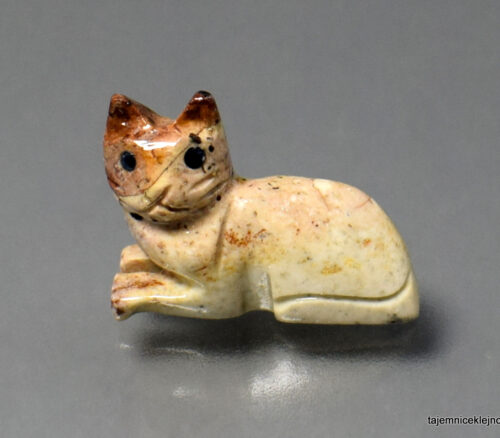 leżący kotek wyrzeźbiony z kamienia mydlanego, talku